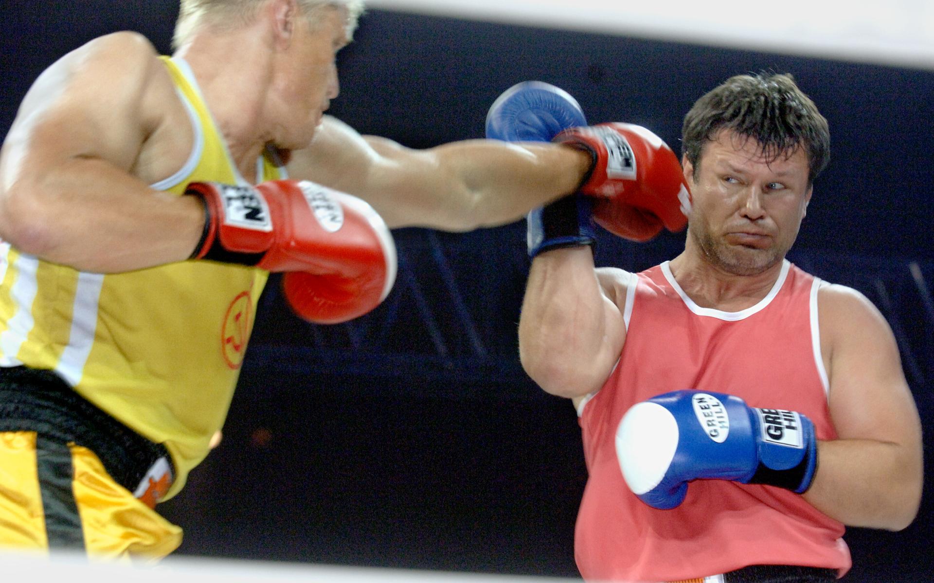 Фото: Дольф Лундгрен и Олег Тактаров (слева направо) во время боксерского поединка, который состоялся в рамках телешоу «Король ринга» (Фото ИТАР-ТАСС/ Александр Саверкин)