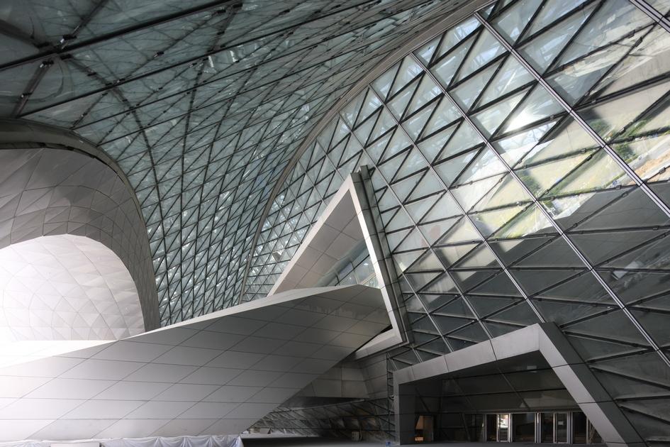 Архитекторы называют структуру строения «климатическим конвертом». Несколько оболочек MOCAPE вставлены одна вдругую—принахождении внутриздания невсегда понятно, гдезаканчиваются стены иначинается свод
