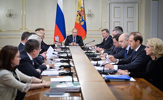 Президент России Владимир Путин (в центре) на совещании с членами правительства РФ о мерах по обеспечению устойчивого развития экономики и стабильности в социальной сфере в 2015 году