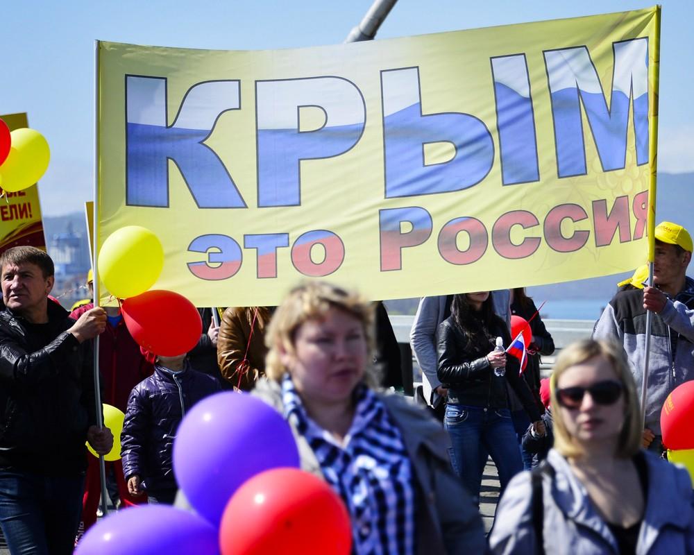 Участники первомайского шествия на мосту через бухту Золотой рог.