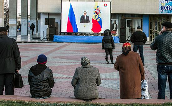 Россияне смотрят ежегодное послание президента России Владимира Путина,3 декабря 2015 года
