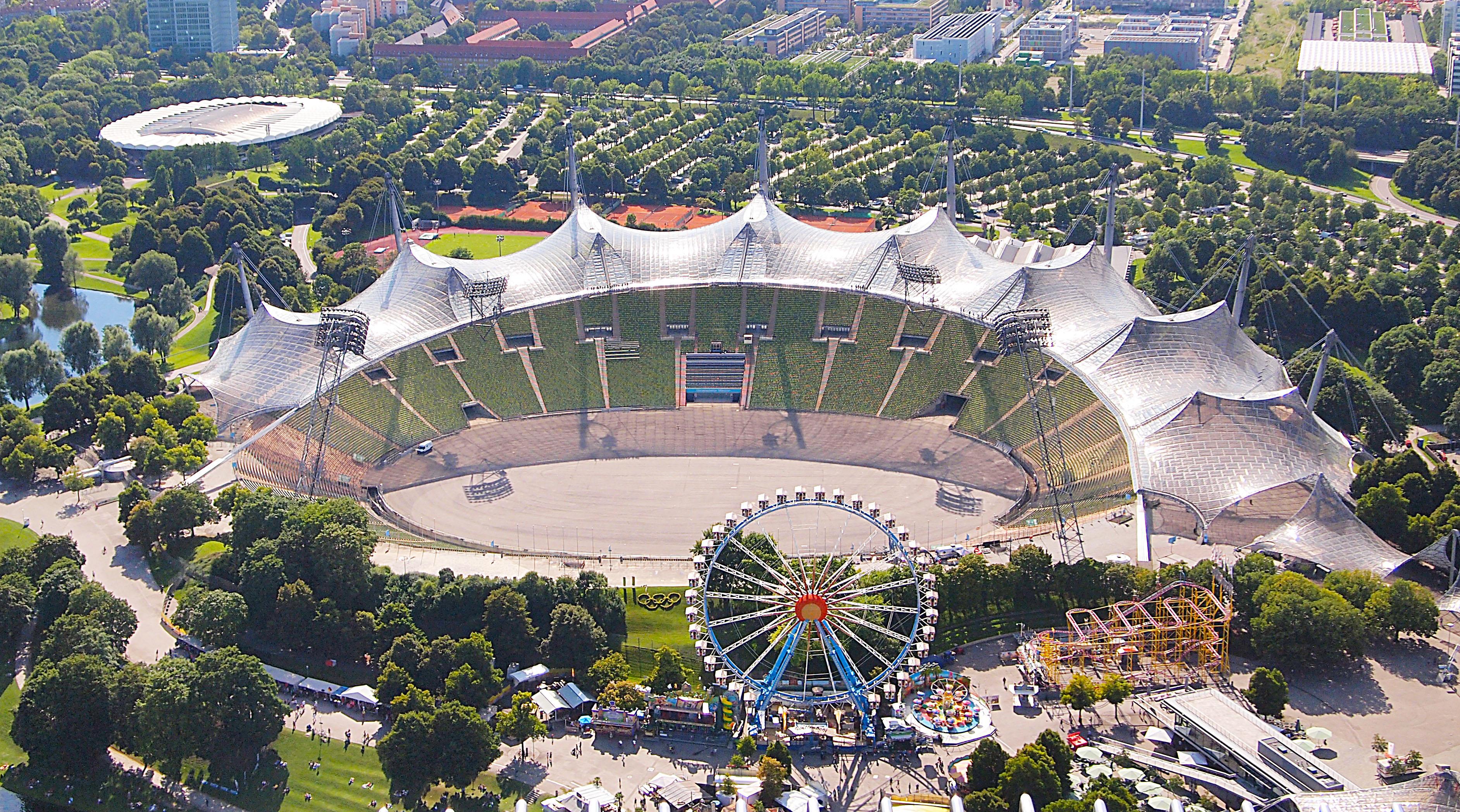 Замыслом архитектора было создание конструкции, противопоставляющей довоенную и послевоенную Германию. Поэтому он придумал «воздушную» крышу, по форме напоминающую альпийские горные вершины — полный контраст с «тяжелым» имперско-милитаристским стадионом в Берлине, где проходили Олимпийские игры 1936 года
