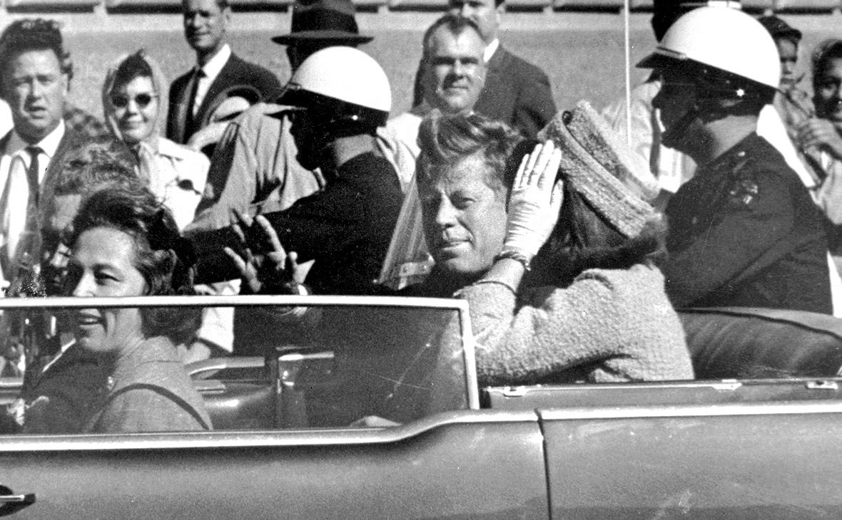 Джон КеннедииЖаклин Кеннеди (справа). Даллас, 22 ноября 1963 года