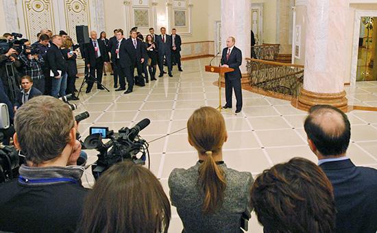 Президент России Владимир Путин (в центре) во время пресс-конференции по итогам переговоров в нормандском формате в Минске