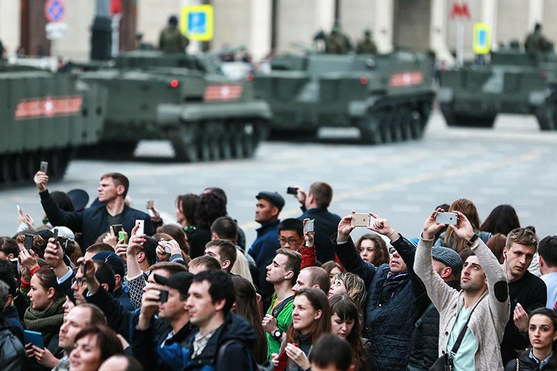 Во время проезда военной техники поТверской улице передрепетицией парада наКрасной площади