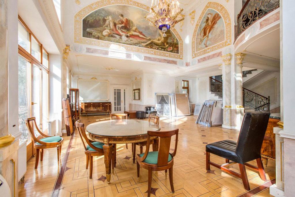 Общая площадь дома— 560кв.м, внем шесть спален, гостиная, кухня-столовая, четыре санузла