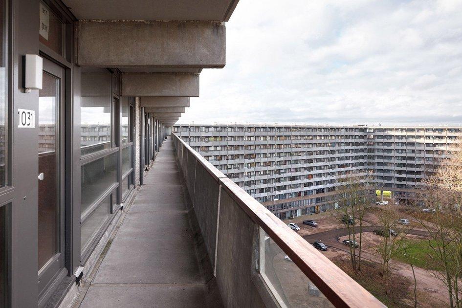 Все квартиры продавались безотделки. Это нестандартный подход дляЕвропы, гдебольшая часть жилья попадает впродажу толькопослепроведения ремонта. За счет отказа отремонтных работ девелоперы смогли снизить цены ипривлечь дополнительных покупателей