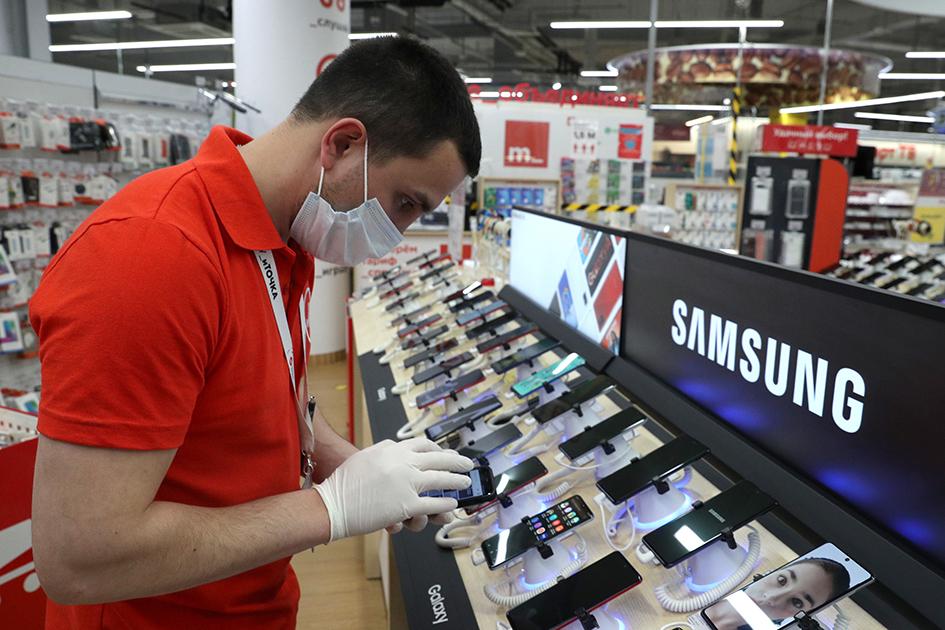 Сотрудник магазина бытовой техники и электроники «М.Видео» во время подготовки к открытию в ТЦ «Океания»