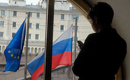 Флаг Евросоюза (слева) ифлаг России