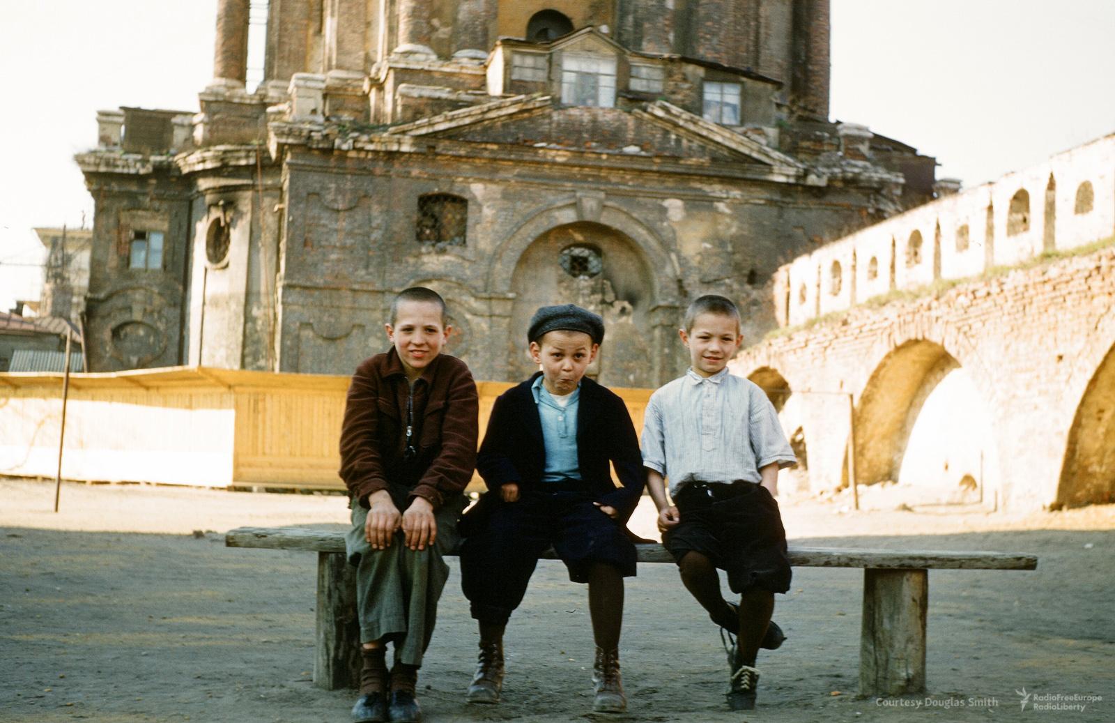Дети у Новоспасского монастыря
