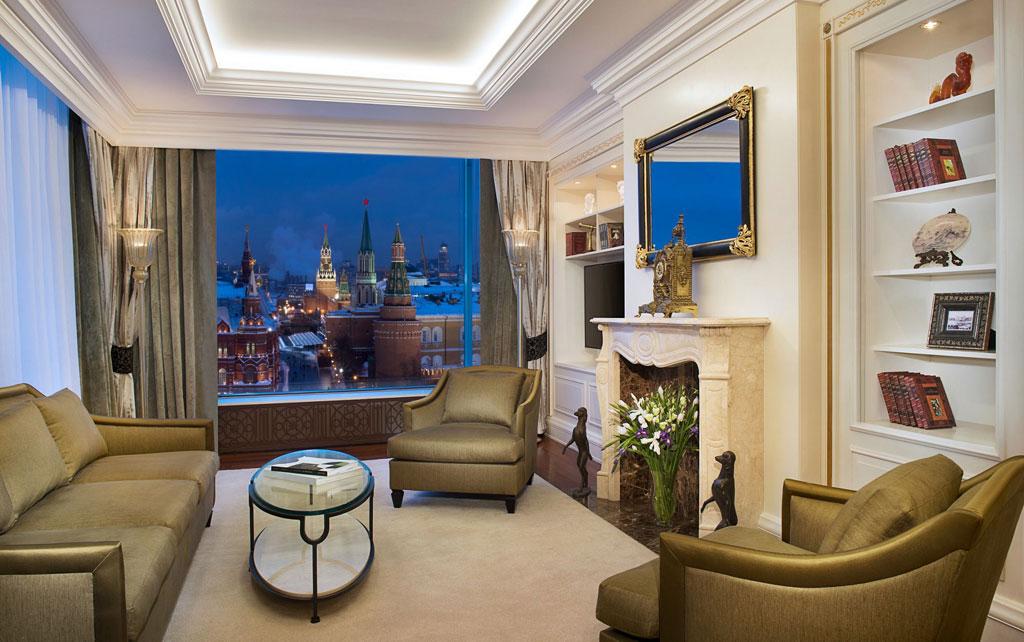 Ritz-Carlton Moscow   Президентский люкс площадью 237кв. м вотеле Ritz-Carlton расположен наверхнем клубном этаже. Из номера открывается панорамный вид наКремль, Красную площадь, собор Василия Блаженного ихрам Христа Спасителя. Номер был полностью обновлен в2015 году