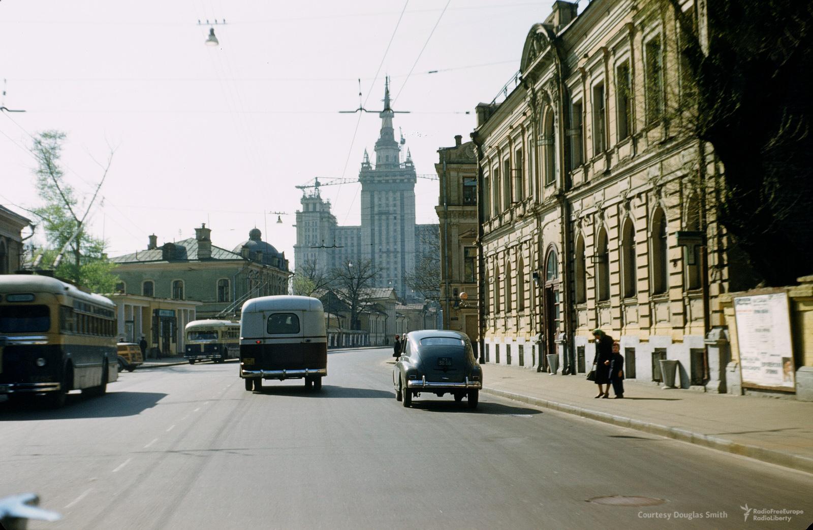 Большая Никитская улица ивысотка наКудринской площади (на заднем плане)