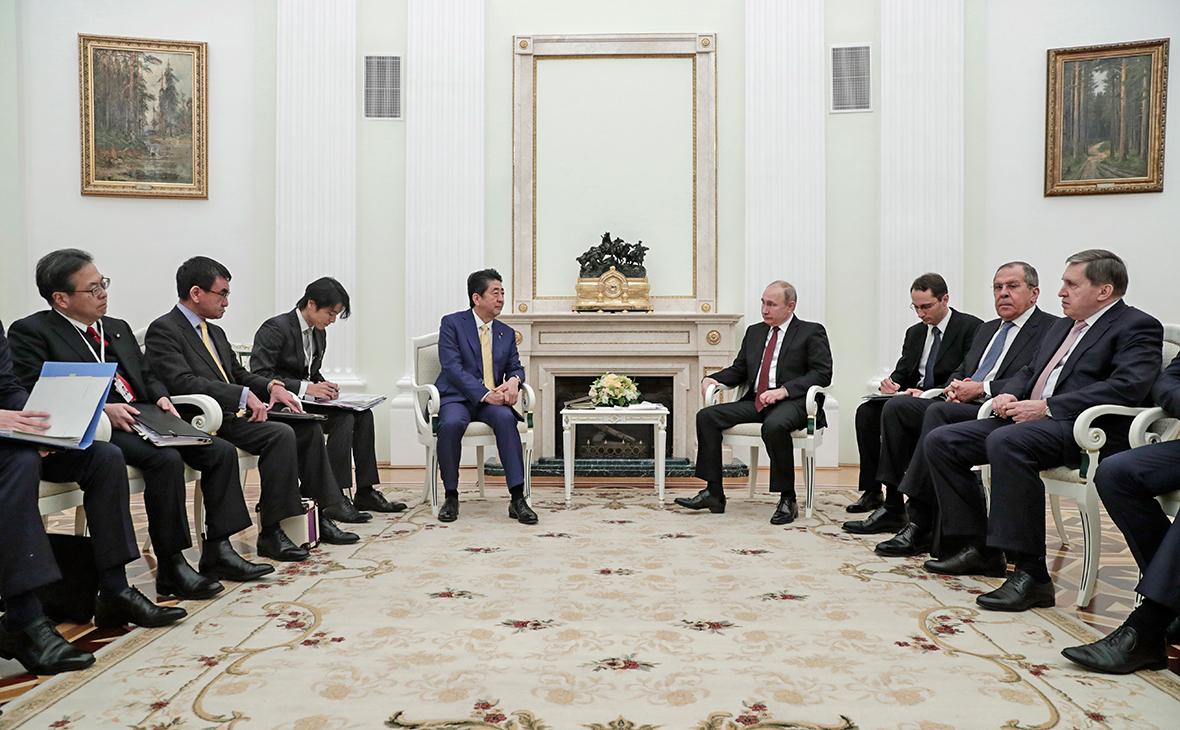 Синдзо Абэ и Владимир Путин (слева направо на дальнем плане)