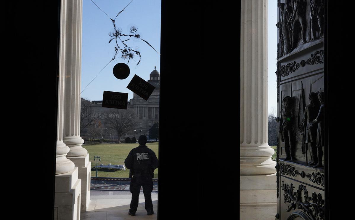 Застрелившего человека в Вашингтоне полицейского отстранили от работы