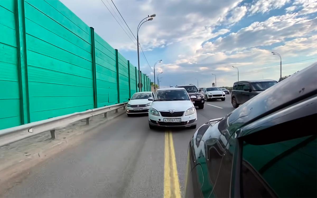 <p>Многие водители до сих пор думают, что выезд на обочину никак не сказывается на комфорте других автомобилистов, пожелавших остаться в пробке.</p>