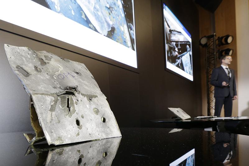 Фрагмент корпуса самолета, обстрелянного ракетой зенитного комплекса «Бук-М1», напресс-конференции представителей концерна «Алмаз-Антей»