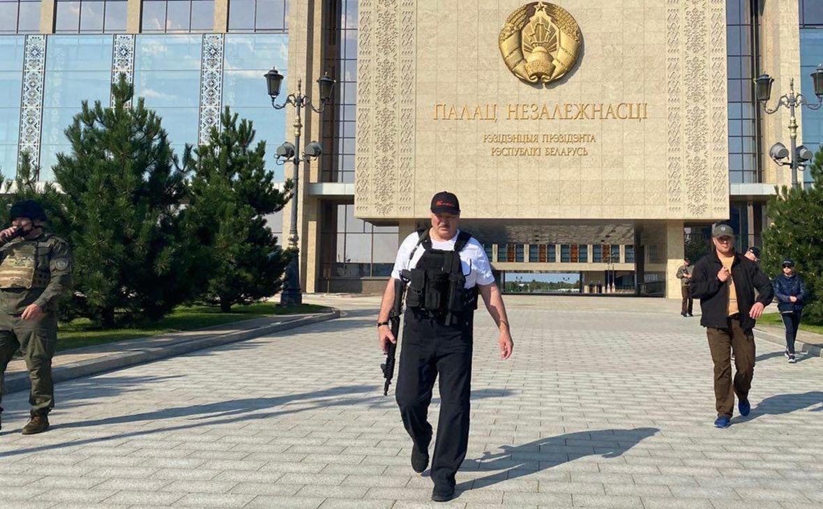 Появилось новое фото Лукашенко с автоматом на фоне резиденции :: Политика  :: РБК