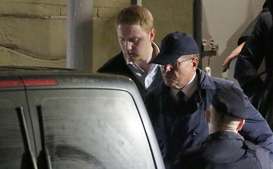 Министр экономического развития РФ Алексей Улюкаев (второй слева) навыходе изБасманного суда