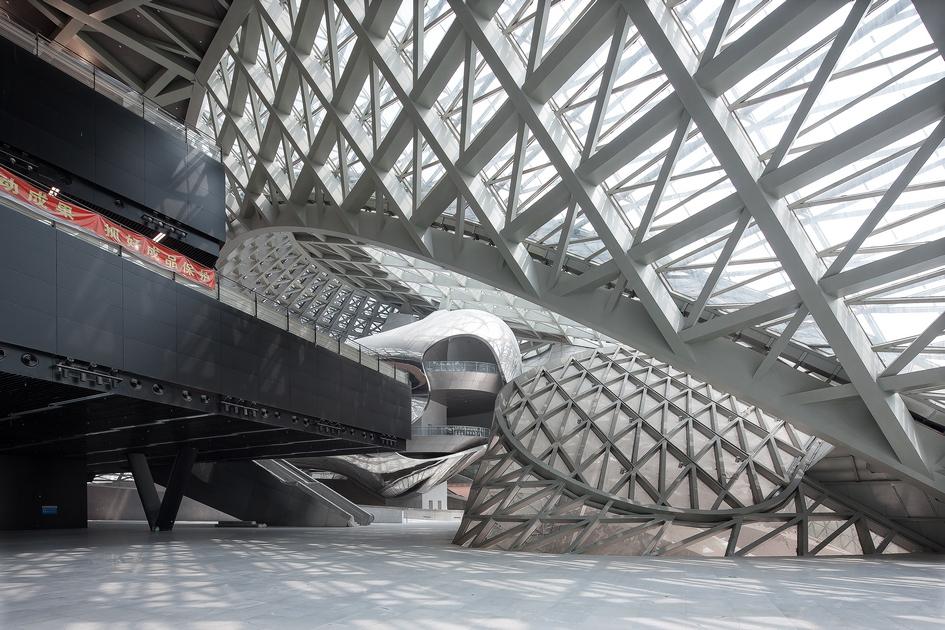 Основные залы музея ивыставочной площадки расположены наверхних этажах. Внизу—огромная площадь, которую можно использовать дляразмещения экспонатов вособых случаях