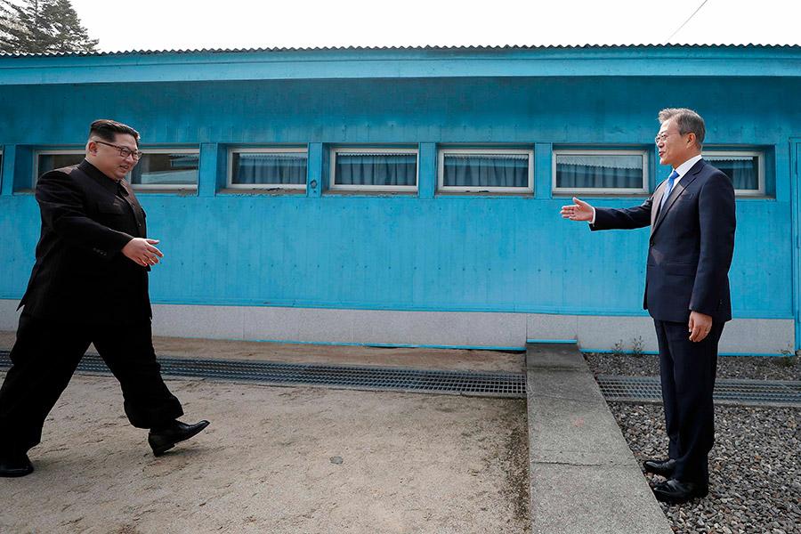 Главы государств встретились на демаркационной линии, которая разделила полуостров на Северную и Южную Корею со времен войны 1950-х. Друг друга они поприветствовали рукопожатием.