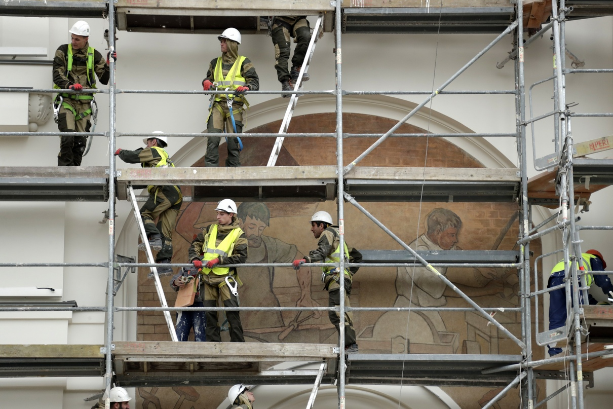 Отреставрированное фасадное панно «В кузнице»