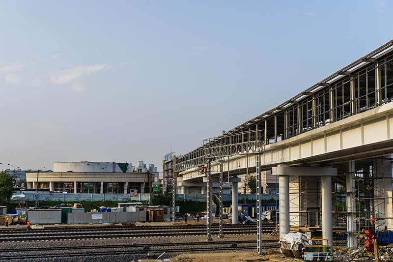 Строительство крытой галереи от МЦК к станции метро Владыкино; в мэрии такие переходы называют «сухие ноги», июль 2016 год