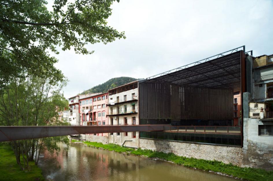 Стены постройки представляют собой стальные жалюзи, которые пропускают воздух и свет