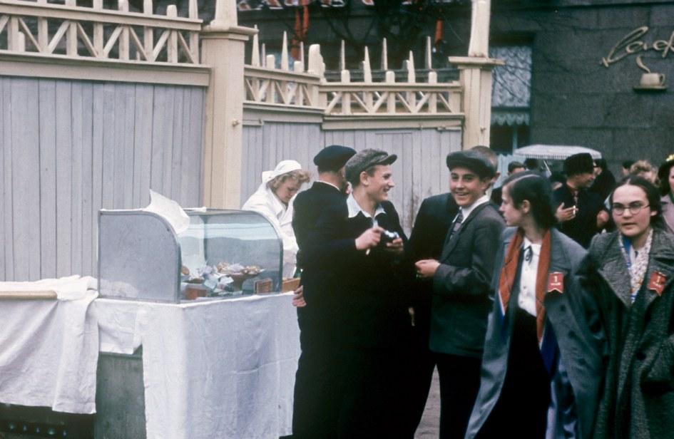 Школьники покупают горячие пирожки