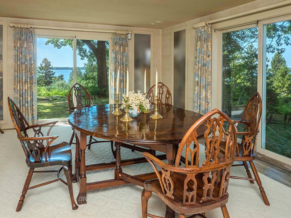 Кухня соединена со столовой, в которой также установлены окна во всю стену. Они открывают почти панорамный вид на запад и на юг