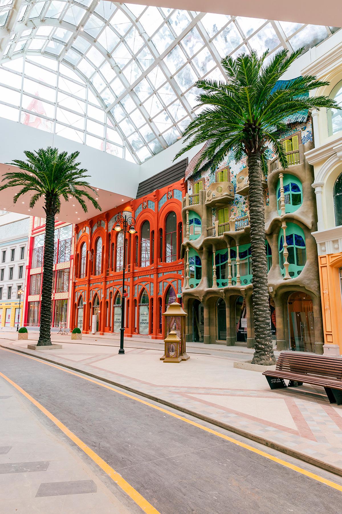 Для стилизации городского пространства в променаде было создано 120 фасадов зданий. Среди них— миниатюры мировых достопримечательностей, таких как Колизей и Дом костей (Casa Batllo) Гауди