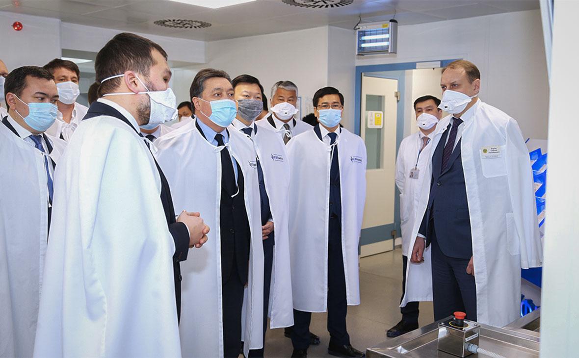 Аскар Мамин на запуске производства вакцины Sputnik V в Карагандинском фармацевтическом комплексе
