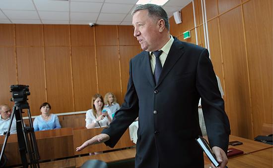 Бывший главнокомандующий Сухопутных войск РФ Владимир Чиркин, обвиняемый вполучении взятки, передоглашением приговора вМосковском гарнизонном суде 11 августа 2015 года