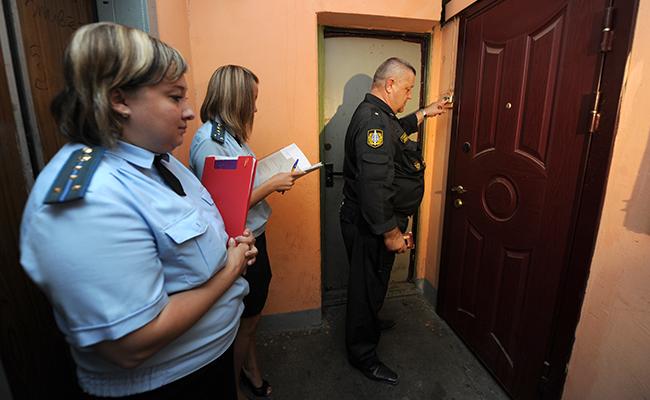 Судебные приставы во время рейда по квартирам должников за коммунальные услуги