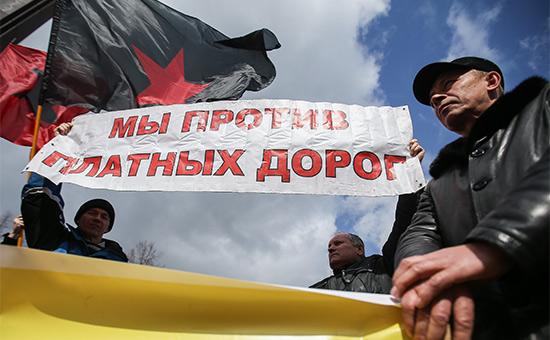 Участники акции дальнобойщиков противсистемы оплаты проезда пофедеральным трассам «Платон». Апрель 2016 года
