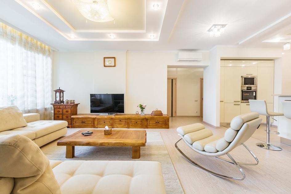 Расположение квартиры на верхнем этаже обеспечивает хорошую освещенность всех помещений — это помогает подчеркнуть достоинства светлых материалов, использованных в отделке