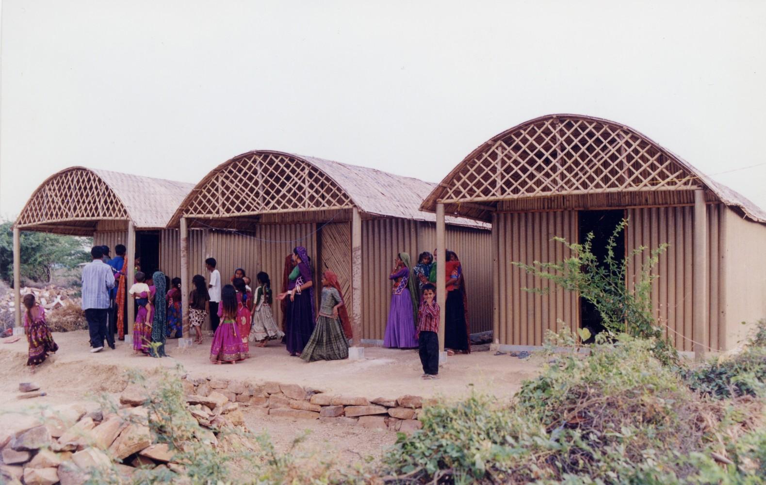 В 2001 году Сигэру Бан строил аналогичные дома для пострадавших от землетрясения в Индии. Поскольку это была бедная сельская местность, архитектор не мог использовать пластиковые элементы. Поэтому фундаментом хижин послужили камни домов, разрушенных землетрясением, а крышей — тростниковые рамы, проложенные соломенными подстилками