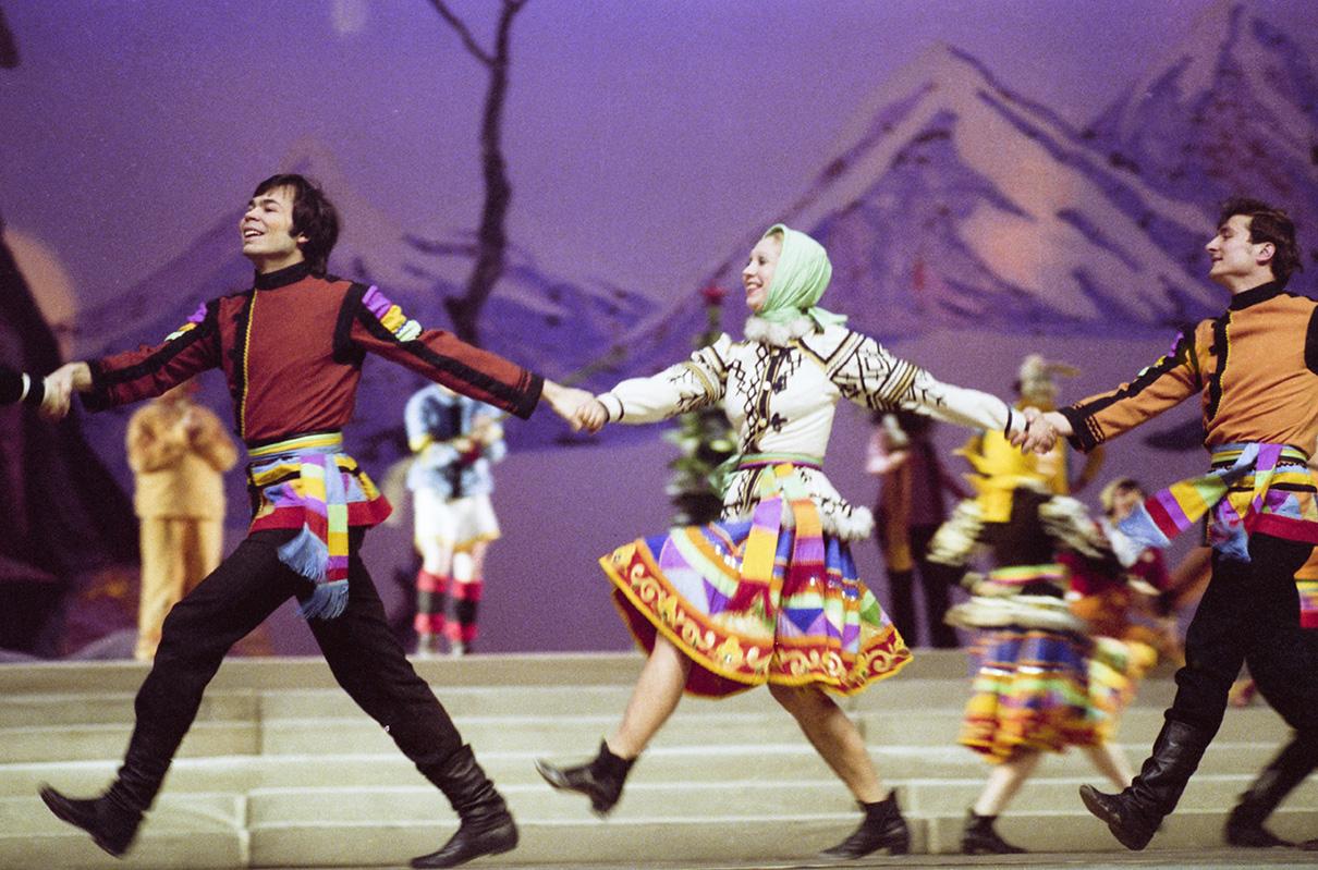 Хоровод на новогоднем театрализованном представлении. 1978 год