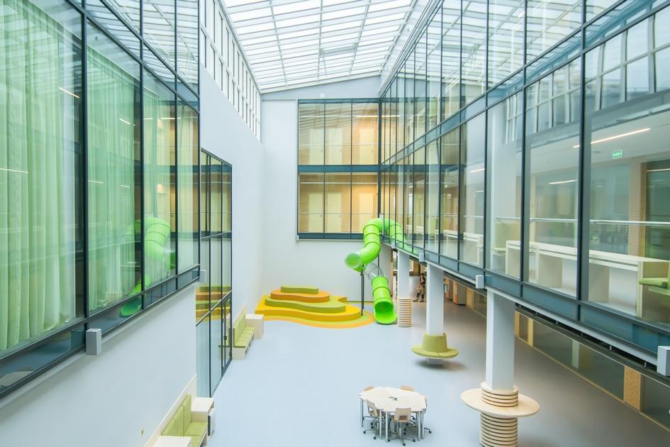 Учебные классы отделены от рекреационных зон прозрачной стеной таким образом, что границы между учебным помещением и коридором нет. Работая в группах, можно выйти в коридор, где тоже есть рабочие места — при этом учитель сохраняет визуальный контроль за всеми учащимися