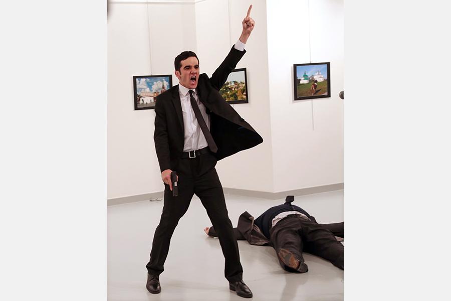 Фото года  Бурхан Озбилиджи, Турция, The Associated Press  19 декабря 2016 года наоткрытии вАнкаре выставки «Россия глазами турок» был убит посол России вТурции Андрей Карлов. Убийца— 22-летний бывший полицейский Мевлют Мерт Алтынташ—был застрелен на месте.