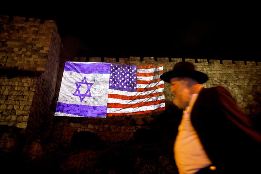 Проекция флага Израиля и США на стене здания в Старом городе Иерусалима
