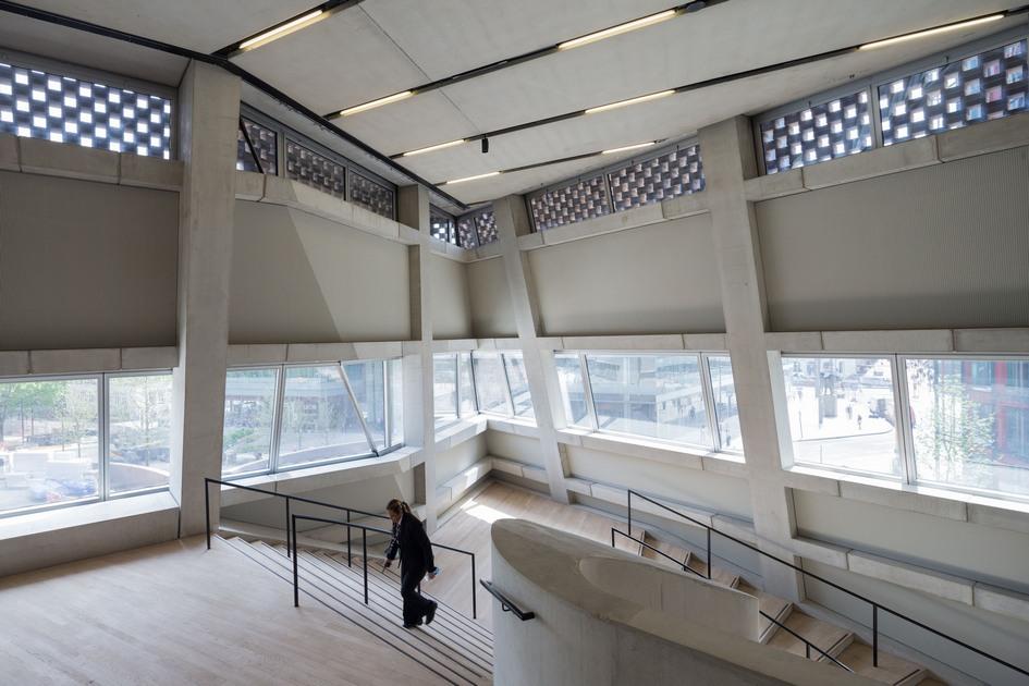 Каждый год Tate Modern посещают 5 млн человек — это в два раза больше, чем расчетная вместимость старого здания. Новый корпус добавил галерее 60% выставочного пространства, а также упростил интеграцию музея с прилегающим районом за счет облегчения пешей доступности в здание