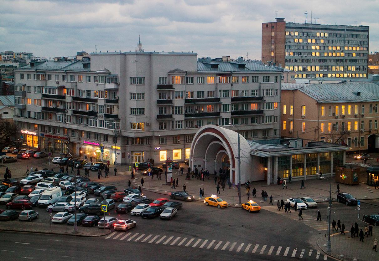 Вид на наземный вестибюль станции метро «Красные ворота»