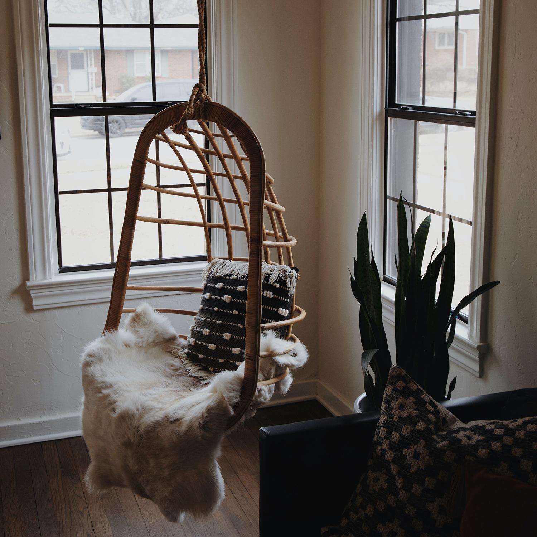 Уютное подвесное кресло для чтения