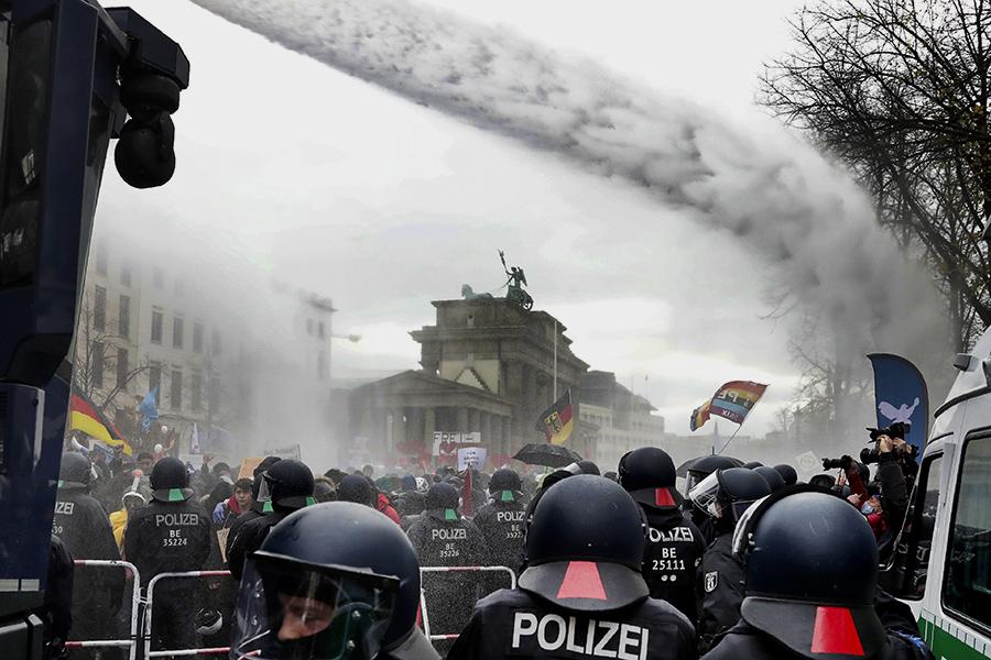 Полиция Берлина применила водометы для разгона протестующих