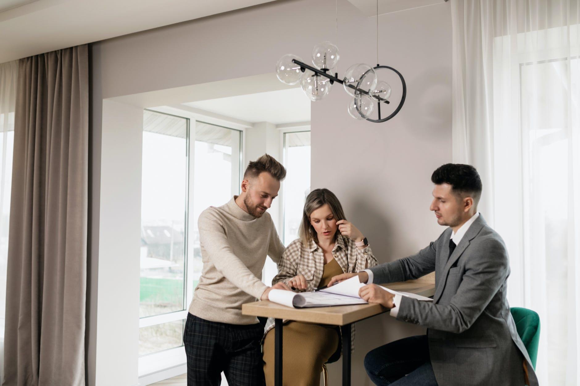 С потенциальными покупателями продавец должен вести себя доброжелательно и отвечать на все вопросы