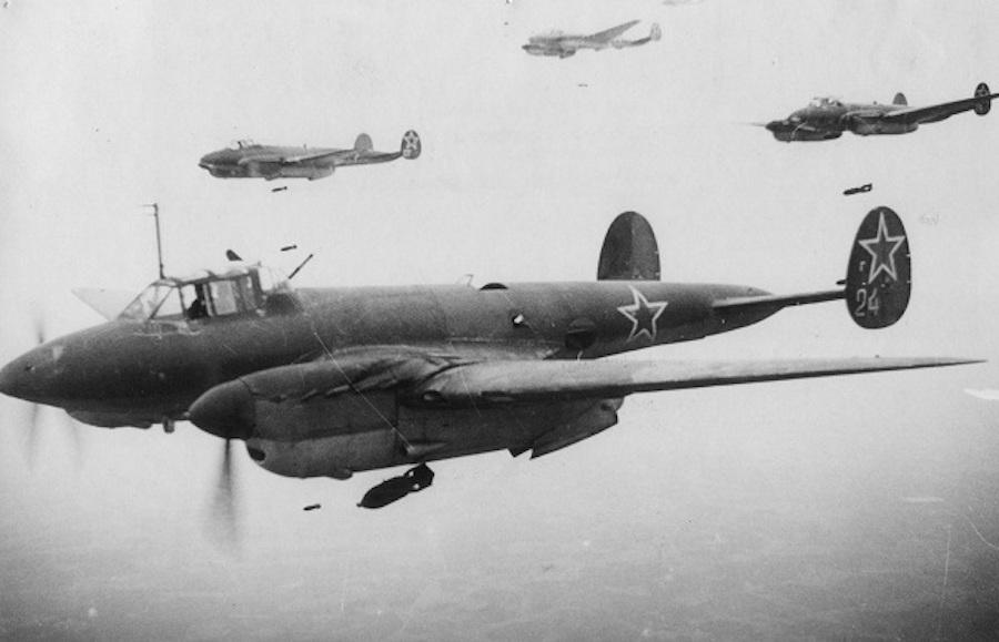 Советский бомбардировщик Пе-2 считается первым в мире электрифицированным самолетом. В 1930-х годах на нем установили около 50 электроприводов