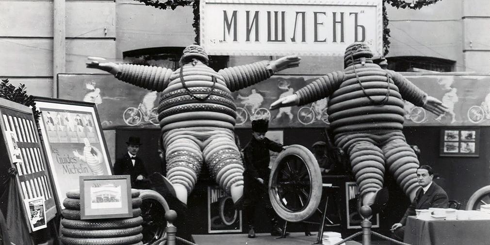 Шины: 196-476 руб. за комплект  Износ шин зависел от массы автомобиля. По расчетам Michelin, с нагрузкой 400 кг шина могла пройти 6000 км, а с нагрузкой 600 кг – только 1700 км. В реальности пробег мог оказаться меньше: покрышки страдали от стекол и гвоздей, а камеры защемлялись между камнями. Часто машины оснащали специальными цепочками, которые волочились по колесу и вытаскивали воткнувшиеся гвозди. Помимо иностранных шин Michelin, Dunlop или Continental предлагались и российские «Проводник» и «Треугольник». Интересно, что рекордный «Бенц» был обут в «Треугольник».