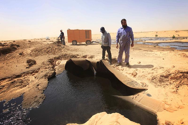 Ливия  Падение валюты с19 июня 2014 года: 9,8%  (данные Bloomberg)  Доля чистого экспорта нефти вВВП (среднее значение за2010–2013 годы): 45,9%  С начала нефтяного кризиса виюне 2014 года ливийский динар потерял около10% своей стоимости кдолларуСША. Резкое падение курса местной валюты произошло вконце января ипродолжалось несколько дней. Обесценивание динара было связано спроникновением вЛивию боевиков «Исламского государства» иугрозой захвата ими месторождений инефтепроводов. Кроме того, вэтижедни вБенгази приобстреле пострадал второй поважности филиал Центробанка, авТриполи террористы ИГИЛ попытались захватить роскошный отель
