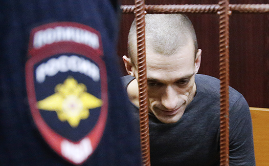Петр Павленский, задержанный заподжог двери здания Федеральной службы безопасности наЛубянской площади, передрассмотрением ходатайства обаресте вТаганском суде