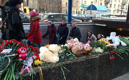 Цветы у станции метро «Октябрьское поле»